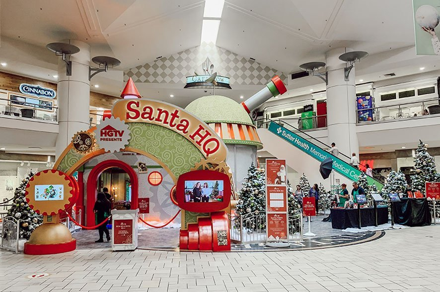 Image showing the Santa HQ building sitting in the middle of the mall.